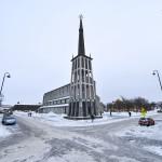 De kerk, het kruispunt, de klokkentoren. Dit is de Kathedraal van Bodo. Gemaakt van beton. © blue ice | bert westenbrink