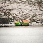 Cabin aan zee. Langs de hele kust vind je huizen, schuren en andere bouwsels. Om te wonen, vissen, niets doen. © blue ice | bert westenbrink