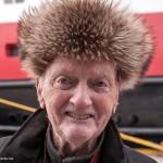 Dit is Jonny Edvin Finnes, stadsgids in Alesund, kustplaats. Finnes vertelt, als hij monter door de stad loopt, het verhaal over de grote brand die op 23 januari 1904 850 houten woningen verwoestte in de binnenstad en over de wederopbouw onder invloed van de Jugendstil. Van zijn toehoorders zullen weinigen weten dat zijn schoondochter Erna Solberg premier is van Noorwegen. © blue ice | bert westenbrink