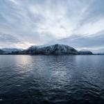 De kust van Noorwegen is een fjordenkust, dat betekent: heuvelachtig, steil, grillig, indrukwekkend. Door de warme golfstroom vriezen de wateren niet dicht, ook niet boven de poolcirkel. © blue ice | bert westenbrink