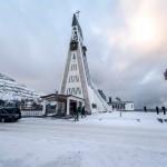 Hammerfest. Uitvaartdienst in de kerk die stamt uit 1961. Architect Harald Magnus liet zich bij het ontwerpen inspireren door de rekken waarop vissen worden gedroogd in Noorwegen. © blue ice | bert westenbrink