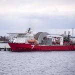 De Seven Navica is een schip dat pijpen legt tot op 2000 meter diepte. Noorwegen heeft een grote offshore-industrie. Met dank aan de olie. In 1969 werd het grote Ekofiskveld in de Noordzee ontdekt. Daar zit een enorme aardolievoorraad wat Noorwegen tot het Saoedi-Arabië van Europa heeft gemaakt. De Noren hebben in 1990 een aardoliefonds opgericht, waarin de regering opbrengsten van de offshore-industrie stort. Dit fonds behoort tot de grootste ter wereld en is bedoeld voor het opvangen van de kosten van de vergrijzing in het land, als reserve voor eventuele begrotingstekorten en als buffer voor tijden waarin de fossiele brandstoffen op zijn. © blue ice | bert westenbrink