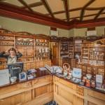 Het museum Jugendstilsenteret is ondergebracht in de voormalige apotheek in het centrum van Alesund. Het interieur wordt beschouwd als het best bewaarde interieur in Art Nouveau-stijl. © blue ice | bert westenbrink