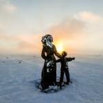 Moeder en kind van Eva Rybakken op de Noordkaap. © blue ice | bert westenbrink