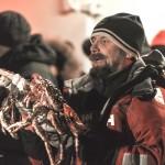 Een visser met de rode koningskrab. Het dier komt oorspronkelijk niet voor in de Barentszee, maar is daar door Russische onderzoekers uitgezet. Ze wilden de visgronden bij Moermansk verrijken. Dat is uit de hand gelopen. De krab heeft geen natuurlijke vijanden en heeft zich op grote schaal vermenigvuldigd. © blue ice | bert westenbrink